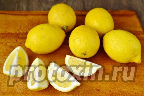 разрезать лимоны на четвертинки