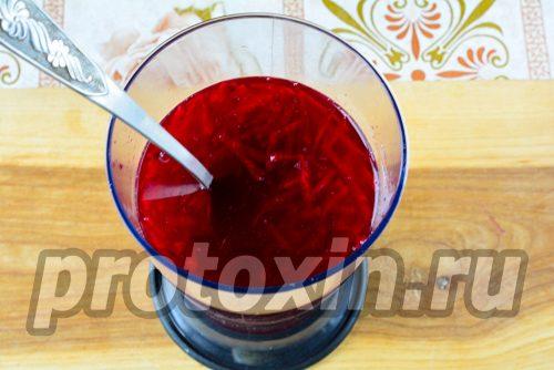 перелить напиток в чашу блендера
