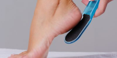 Миниатюра к статье Как почистить пятки от огрубевшей кожи